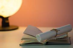Kabel met document op boek wordt gebonden dat Stock Afbeelding