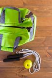 Kabel met een appel naast een groene zak op de raad stock foto's