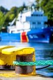 Kabel met verankerd schip Stock Foto
