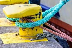Kabel met verankerd schip Stock Foto's