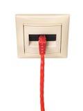 Kabel mit Verbindungsstück RJ-45 wird an einen Wandausgang angeschlossen Stockfoto