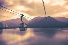 Kabel in mot bergöverkant i Hong Kong Royaltyfri Fotografi