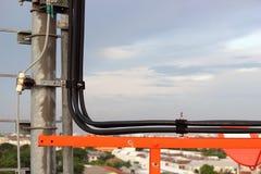 Kabel na telefonicznych słupach. Zdjęcia Stock