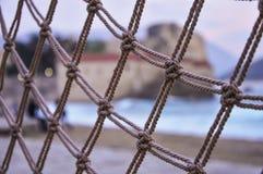 Kabel netto patroon met een strand en oude stad op de achtergrond royalty-vrije stock afbeelding