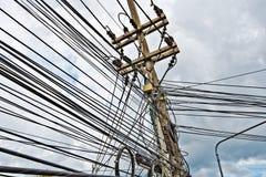 Kabel och trådar av det stads- energiförsörjningrastret arkivfoton