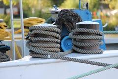 Kabel på flodbanken arkivbild