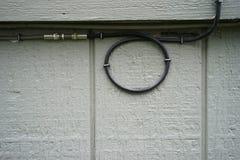Kabel som f?stas till byggande arkivbild