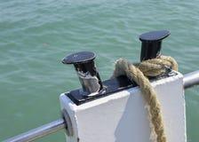 Kabel van de close-up bond de zeevaartknoop rond staak op boot of van de schipboot meertroskabel stock foto