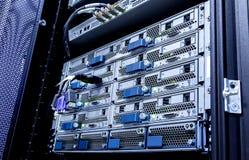 Kabel van het vezel de optische netwerk en telecommunicatieserver in het centrum van technologiegegevens Stock Afbeeldingen