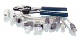 Kabel, Verbindungsstücke und Adapter für die Routerverbindung lokalisiert auf Weiß Stockfotografie