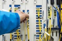 Kabelanslutning i telekommunikationrum Arkivfoton