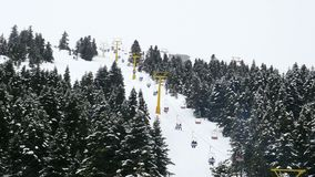 kabelbaan aan de sportcentrum van de de wintersneeuw, uludag, slijmbeurs, Turkije stock videobeelden