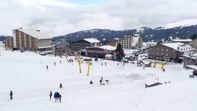 kabelbaan aan de sportcentrum van de de wintersneeuw, uludag, slijmbeurs, Turkije stock footage