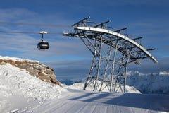 Kabelbaan in alpen Stock Foto's