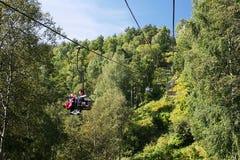 Kabelbaan die tot de bovenkant van de berg leiden Royalty-vrije Stock Afbeelding