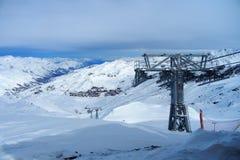 Kabelbaan in een skitoevlucht in de winter stock afbeeldingen