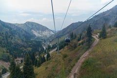 Kabelbaan onder de bergen Stock Foto's
