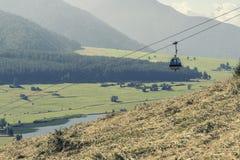 Kabelbaan op bergenachtergrond in Italië Stock Afbeeldingen