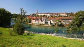 Kabelbaan op de bank van Aare-rivier in het de stadscentrum van Bern zwitserland stock videobeelden