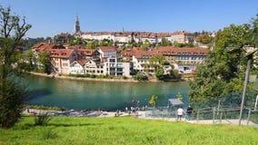 Kabelbaan op de bank van Aare-rivier in het de stadscentrum van Bern zwitserland stock video