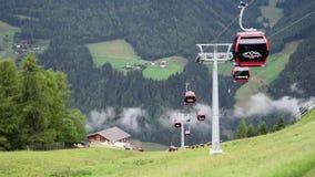 Kabelbaan over de alpen stock footage