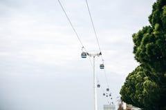 Kabelbaan of ropeway en openbaar vervoer door golf of rivier of kanaal in Lissabon in Portugal stock fotografie