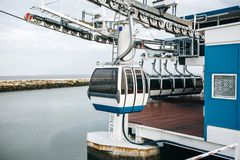 Kabelbaan of ropeway en openbaar vervoer door golf of rivier of kanaal in Lissabon in Portugal stock foto's
