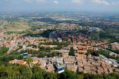 Kabelbaan tegen het panorama van San Marino, Europa royalty-vrije stock afbeelding