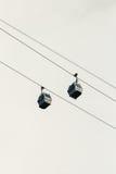 Kabelbaan twee cabines op de achtergrond van de draadhemel Stock Foto's