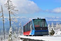 Kabelbaancabine op sporen in bergen in een zonnige dag Stock Foto's