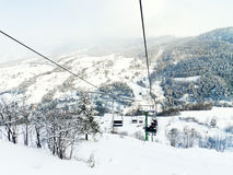 Kabelbaanskilift op het ski?en gebied via Lattea, Italië Stock Foto's
