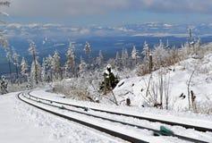 Kabelbaansporen aan bergen in sneeuwlandschap Royalty-vrije Stock Afbeeldingen