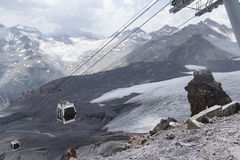 Kabelbahn auf Berg Elbrus lizenzfreie stockfotos