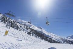 Kabelbahn in den Bergen am sonnigen Tag, spezieller lense Aufflackerneffekt Stockbild