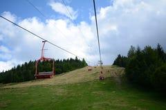 Kabelbahn in den Karpaten lizenzfreie stockbilder