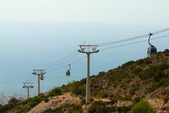 Kabelbahn der Stadt nahe Meer stockbild