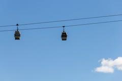 Kabelbahnkabinen auf dem Hintergrund des blauen Himmels Stockfotos