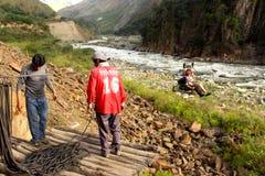 Kabelbil över floden på vägen till Machu Picchu Fotografering för Bildbyråer