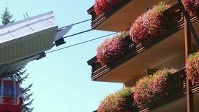 Kabelbil i rörelse bredvid en byggnad stock video