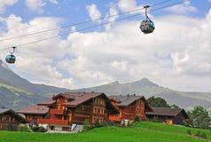 Kabelbil i schweiziska fjällängar Arkivbild
