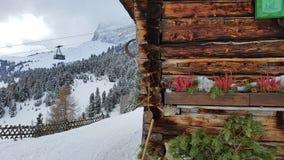 Kabelbil och hus, Piz Sella, Dolomites arkivbild