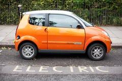 kabelbil som laddar den elektriska stickkontakten Arkivfoton