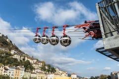 Kabelbil till bastillen i Grenoble och sikt över staden av Arkivfoton