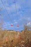 Kabelbil till och med skogen på en kantöverkant Elevatorn till tävla Fotografering för Bildbyråer