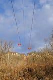 Kabelbil till och med skogen på en kantöverkant Elevatorn till tävla Arkivbilder