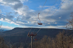Kabelbil till och med skogen på en kantöverkant Elevatorn till tävla Royaltyfri Foto