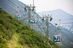 Kabelbilar över tropiska träd i Hong Kong Royaltyfri Bild