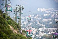 Kabelbilar över tropiska träd i Hong Kong Arkivfoto