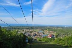 Kabelbilar på den blåa bergbyn, Ontario Kanada fotografering för bildbyråer