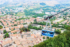 Kabelbilen från byn till den sanmarinska fästningen royaltyfri foto